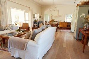 Weiße Möbel in einem Wohnzimmer welches im Landhausstil eingerichtet ist