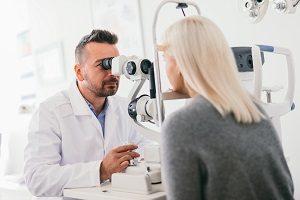 Augenarzt kontrolliert Augen.