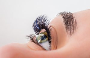 Wimpernverlängerung mit Remover entfernen