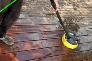 wpc mit einem elektischen schrubber reinigen