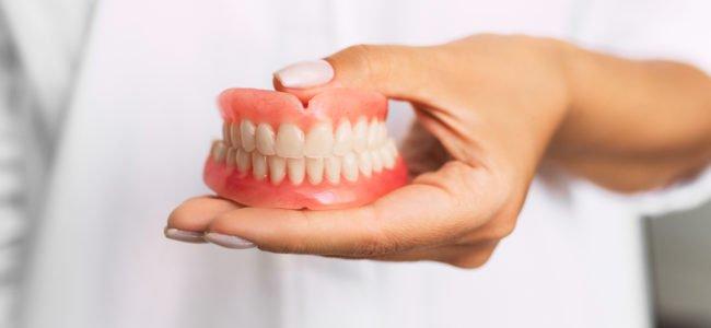Gebrochene Zahnprothese selber kleben: Sinnvoll oder gefährlich?
